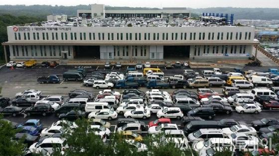 인선모터스 앞에 폐자동차들이 즐비해 있다