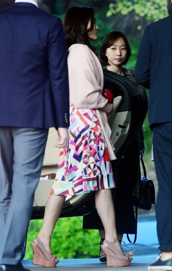 지난 19일 서울 중구 신라호텔에서 열린 '컨데나스트 인터내셔널 럭셔리 콘퍼런스' 전야제 행사에서 이서현 삼성물산 패션부문 사장이 '샤넬 한복'을 입고 행사장에 들어서고 있다. /사진=뉴시스