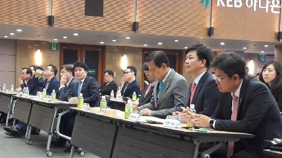 김정태 하나금융그룹 회장(왼쪽에서 3번째)이 27일 KEB하나은행 명동 본점에서 열린 '하나 핀테크 데모데이'에서 핀테크 스타트업의 사업모델 발표를 들으면서 메모를 하고 있다. / 사진=이학렬 기자