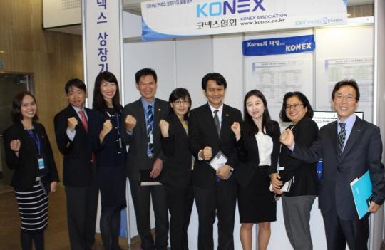 3일 서울 여의도 한국거래소에서 열린 '2016년 코넥스 상장기업 맞춤형 기업설명회'에서 노태현 코넥스시장부장(오른쪽 첫번째)을 비롯해 코넥스협회, 말레이시아거래소 관계자들이 기념촬영하고 있다.