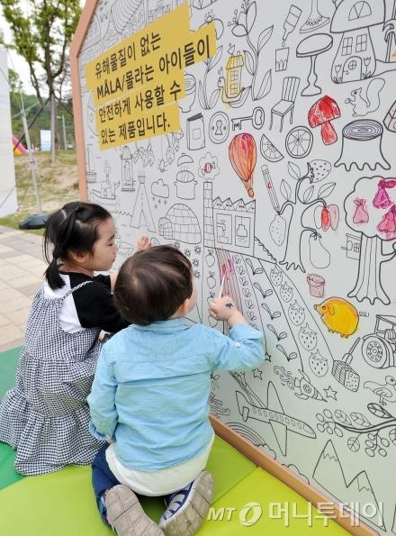 이케아가 5일 어린이날을 맞아 광명점 앞에 꾸민 '아이들의 놀이터'에서 어린 아이들이 행사에 참여하고 있는 모습. 지난 2일 문을 연 아이들의 놀이터는 5일 어린이날 당일 오후 7시까지 운영된다./사진제공=이케아코리아