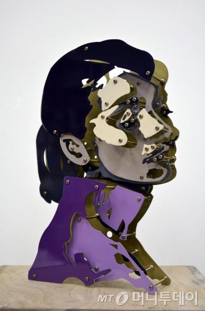 정운식의 '오드리 헵번', 2015, 화이트 스틸, 우레탄 페인트,  68 x 42 x 7 cm.