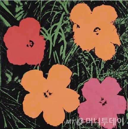 미국 팝아트의 선구자 앤디 워홀(1928~1987년)의 실크스크린 작품인 '꽃'. 워홀은 그의 스튜디오인(팩토리)에서 조수들과 함께 작품을 만들었다.