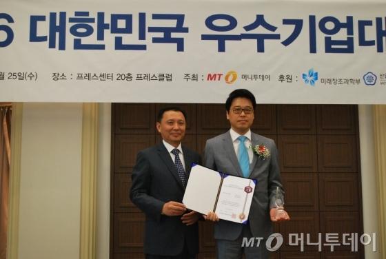 퍼플스 김현중 대표(오른쪽)가 서비스혁신대상을 수상하고 윤병훈 머니투데이 상무와 기념 촬영을 하고 있다/사진=머니투데이