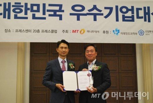 송영선 인프라닉스 대표(오른쪽)가 IT서비스대상을 수상하고 박종면 머니투데이 대표와 기념 촬영을 하고 있다/사진=중기협력팀