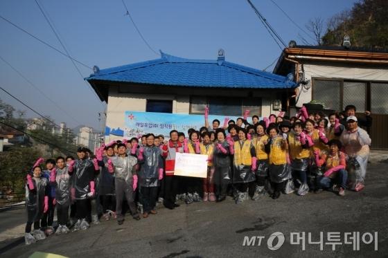 매일유업 임직원들이 지난해 '사랑의 연탄나누기' 행사에 참여하고 있다./사진제공=매일유업