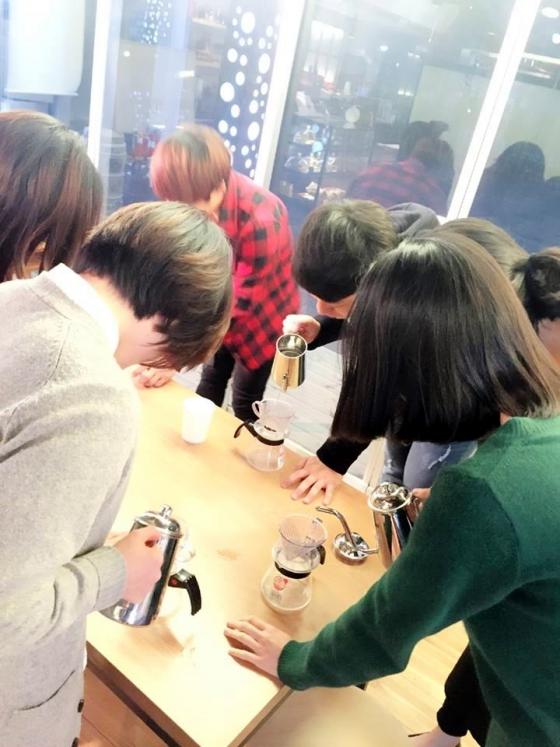 위기청소년들이 핸드드립으로 커피를 내리는 과정을 배우고 있다.