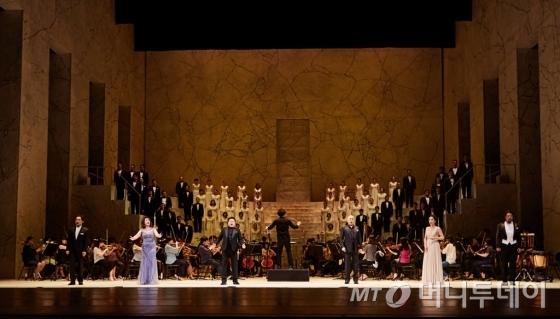 오펜바흐의 오페라 '호프만의 이야기'에서 6중창 '아 내 마음은 또다시 길을 잃어버렸네'를 선보이는 모습. /사진제공=국립오페라단