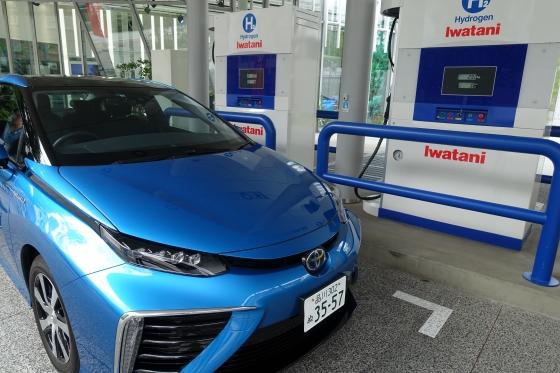 토요타 미라이 차량이 도쿄 시내 이와타니 수소충전소에서 충전하는 모습/사진=장시복 기자