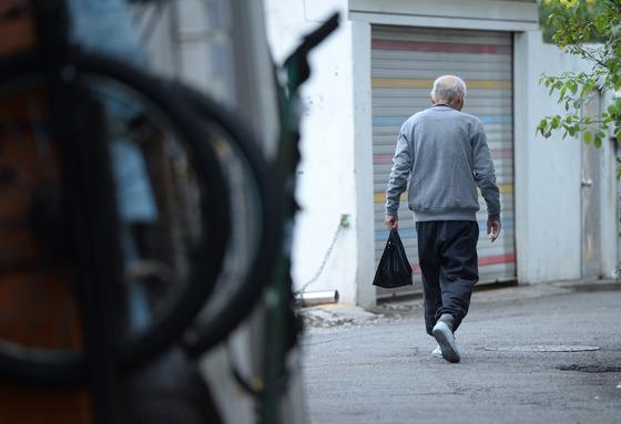 한 노인이 검은 봉지를 들고 골목길을 걸어가고 있다. OECD 국가 중 노인 빈곤율, 실질 은퇴연령, 노인 자살률이 1위인 대한민국의 현실을 일본과 미국, 두 선진국의 노인 문제 전문가들에게 들어봤다. /사진=뉴스1