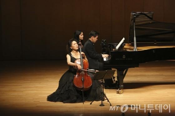 정명화 예술감독이 지난해 대관령국제음악제 무대에서 연주하고 있다. /사진제공=강원문화재단