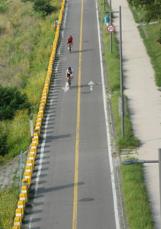 국립환경과학원은 23일 전국의 미세먼지 농도가 '보통' 수준일 것으로 예상했다. 사진은 서울 잠원 한강공원에서 시민들이 자전거를 타고 있는 모습. /사진=뉴시스