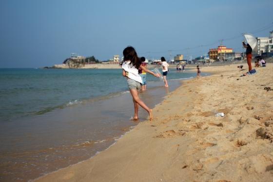 강원 강릉시 주문진의 한 해수욕장에서 아이들이 뛰어놀고 있다. /사진제공=한국관광공사