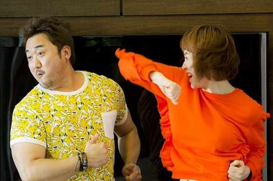 굿바이 싱글의 주연 김혜수와 마동석의 케미가 개봉 전부터 화제를 모았다./사진=영화 '굿바이 싱글' 스틸컷