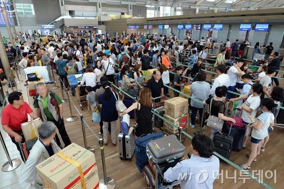 지난해 7월 22일 오전 인천국제공항 출국장이 해외로 여름휴가를 떠나는 여행객들로 붐비고 있다.국토교통부와 한국교통연구원의 휴가철 교통수요조사 결과에 따르면 작년보다 해외여행을 가는 비율이 7.7%에서 8.6%로 늘어났다/사진=뉴스1