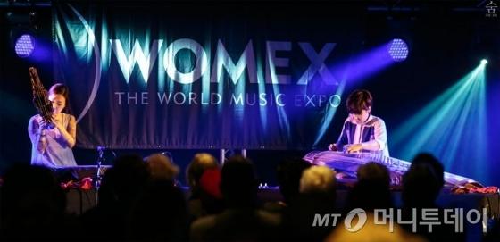 국악듀오 '숨'이 2013년 영국 웨일스에서 열린 '워멕스' 축제에서 공연하고 있다. 이들은 국악을 현대적으로 해석해 전세계 곳곳의 무대에 서며 호평받고 있다. /사진제공=숨