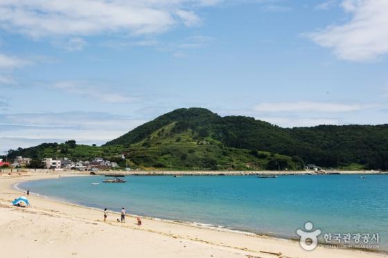 경남 거제시 구조라해수욕장의 풍경. 물속이 들여다보일 만큼 맑고 깨끗한 바다로 유명하다. /사진제공=한국관광공사