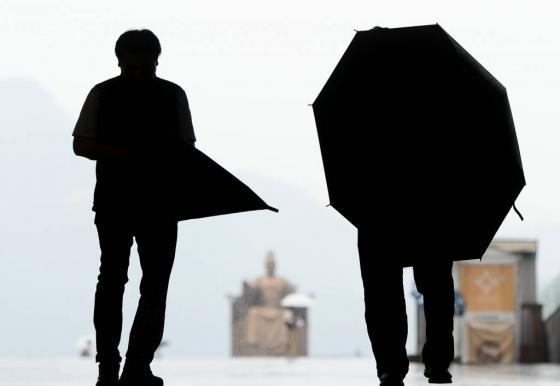 쏟아지는 비로부터 나를 보호해주는 고마운 '방패' 우산이 다른 사람에게는 '창'이 될 수도 있다./사진=뉴시스