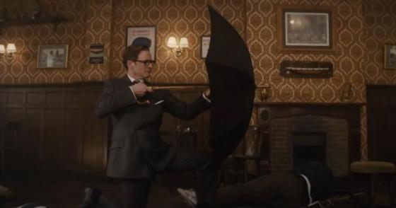 영화 킹스맨에서 콜린퍼스가 들고 있는 장우산처럼 길이가 긴 우산은 분명 멋진 물건이지만 잘못 들면 상대방을 공격하는 '무기'가 될 수도 있다./사진=영화 킹스맨 스틸컷