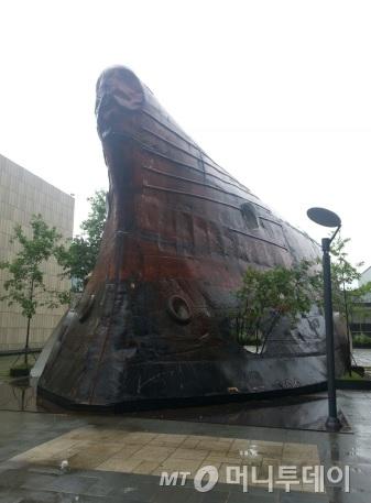 신형철이 폐선박을 재활용해 세운 건축물인 '템플'(Temp'L). /사진=김지훈 기자