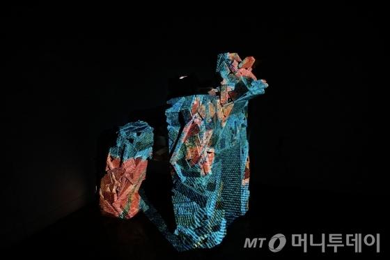 송주형의 '고릴라', 폐목재, 프로젝션맵핑.