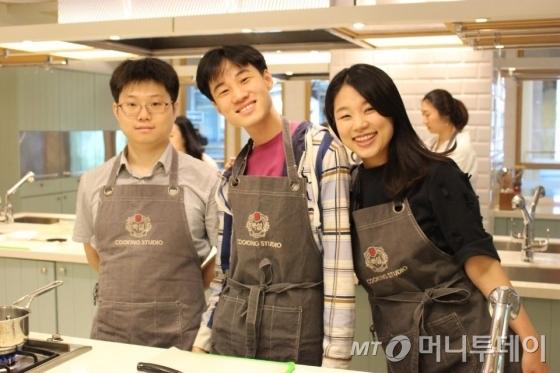 자기계발의 날에 오티스타 디자이너들과 함께 앞치마를 두르고 요리실습을 진행하고 있는 박혜성이사(오른쪽) 사진제공=오티스타