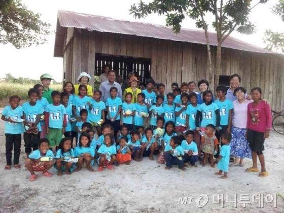 두 번 나눔프로젝트로 캄보디아 오지의 어린이들에게 오티스타 디자이너가 제작한 티셔츠가 전달됐다. 사진제공=오티스타