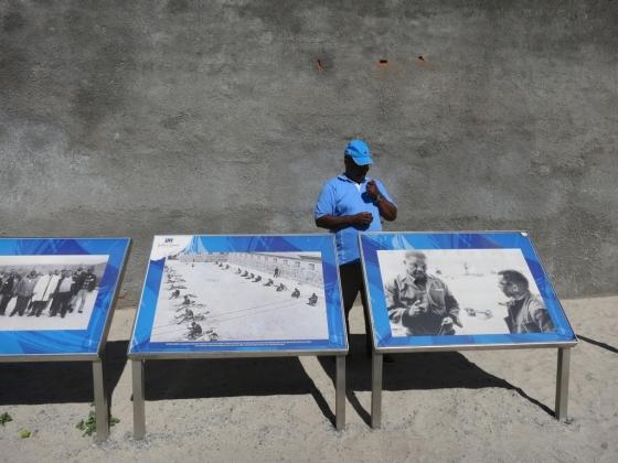 남아프리카공화국 수도 케이프타운 앞바다에 위치한 로벤 섬에 과거에 넬슨 만델라와 함께 수감됐던 한 수감자가 관광객들에게 안내를 하고 있다.