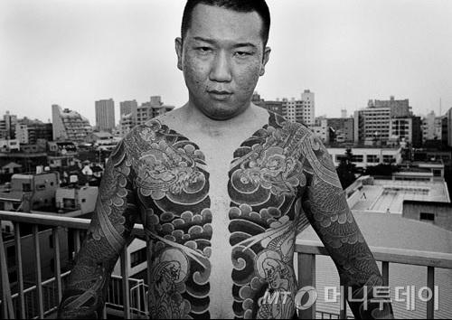 야쿠자 특유의 문신인 이레즈미를 새긴 일본 남성. /사진=양승우