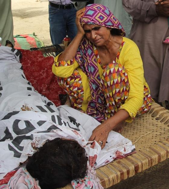 딸의 죽음에 슬퍼하고 있는 발로흐의 어머니./AFPBBNews=뉴스1