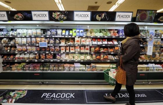 이마트 매장을 찾은 고객이 피코크 코너에서 다양한 간편식 제품을 살펴보고 있다. / 사진제공=이마트
