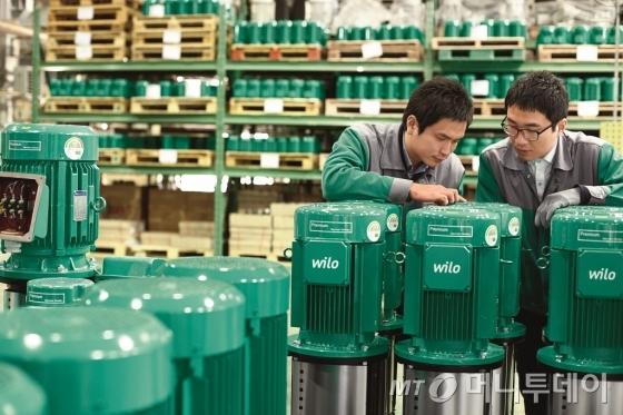 부산 소재 윌로펌프 연구개발센터 직원들이 제품 관련 토의를 하고 있다./사진제공=윌로펌프