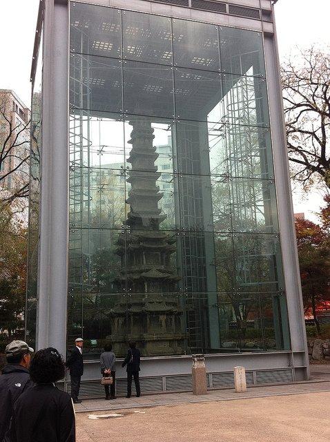 원각사지 십층석탑의 현재 모습. 2000년부터 훼손을 막기 위해 유리 보호각을 씌워놓은 상황이다. /사진=letscc