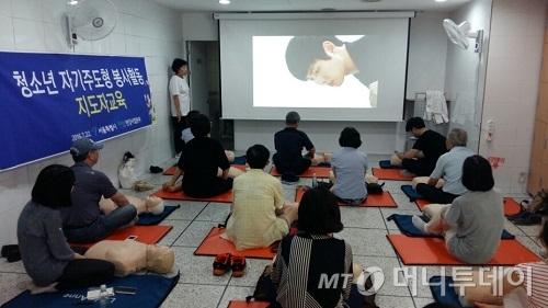 19명의 시민들이 시민안전파수꾼 심폐소생교육 프로그램을 받고 있다. /사진=신지수 기자