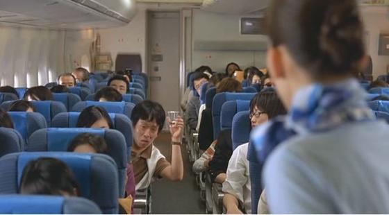 비행기에서 벌어지는 에피소드를 담은 영화 '해피 플라이트'의 한 장면./사진=프리비젼 제공