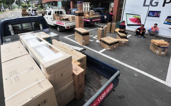 전국적으로 폭염이 기승을 부리고 있는 가운데 대형 가전매장 앞에서 직원들이 주문 받은 에어컨을 배송하고 있다./사진=뉴스1