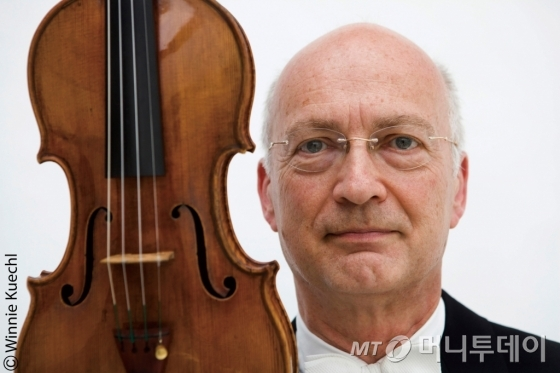 45년 간 세계적인 오케스트라인 빈 필하모닉 오케스트라 악장으로 활약해 온 바이올리니스트 라이너 퀴힐이 다음달 한국서 30년만의 독주회를 연다. /사진제공=금호아시아나문화재단