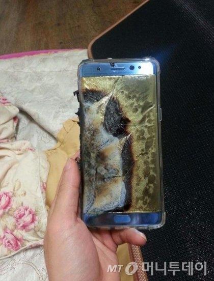 지난 24일 한 유명 커뮤니티에 올라온 폭발한 것으로 추정되는 '갤노트7' 사진.