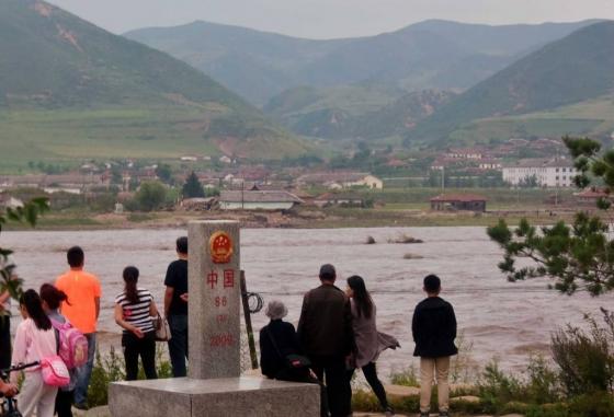 중국 지린성 연변조선자치구 북·중 접경 지역인 북한 함경북도 온성군 남양은 제10호 태풍 '라이언록'의 영향으로 두만강이 범람, 제방이 무너지고 주택과 농경지가 침수되는 큰 피해를 있었다. 사진은 지난 2일 중국 지린성 투먼시 두만강나루터에서 중국인들이 북한 홍수 피해 지역을 바라보고 있다. /사진=뉴시스
