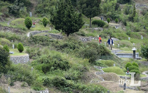 지난 추석 연휴 인천 부평구 인천가족공원에서 후손들이 조상의 묘를 찾아 성묘를 하는 성묘객들의 모습/사진=뉴스1