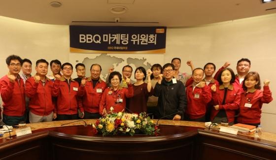 이달 27일 서울 송파구 제너시스BBQ 본사에서 열린 '패밀리 마케팅 위원회'에 참석한 제너시스BBQ 임직원들과 가맹점주 대표들이 기념촬영을 하고 있다.
