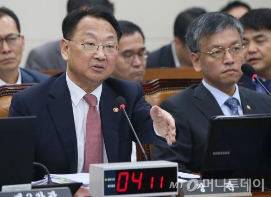 유일호 부총리 겸 기획재정부 장관이 5일 국회 기획재정부 국정감사에 참석했다 /사진=뉴스1