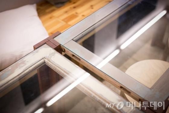 쉐어어스는 폐자재를 활용해 인테리어를 꾸몄다. 창문틀과 책상유리를 재생해 만든 탁자/사진=이우기/사진제공=서울시사회적경제지원센터