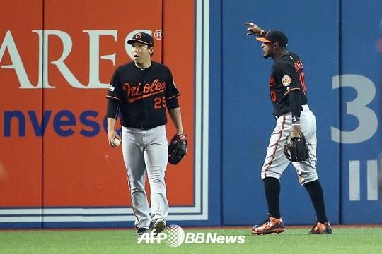 개막전처럼 마지막경기에서도 토론토팬이 맥주캔을 던지고 김현수에게 인종차별적 야유를 보냈다. 그 관중을 향해 동료인 애담 존스가 거칠게 항의하고 있다. /AFPBBNews=뉴스1