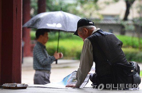 노인의 날인 2일 오후 서울 종로구 탑골공원에서 한 어르신이 신문을 보고 있다. 2015년 통계청 사회지표조사에 따르면 한국은 65세 이상 노인만 지난해 기준 662만4000명으로 전체 인구 13.1%를 차지하고 있다. 노인 인구가 전체의 14%가 넘어서면 고령사회에 진입한 것으로 보는데 한국은 2018년 진입이 예상된다. 2016.10.2/뉴스1