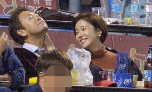 황정음·이영돈 부부, LG 응원?…달달한 야구장 데이트 포착