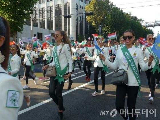 행진을 하고 있는 MGBQ2016 세계대회 미녀들/사진=체뚜 코리아