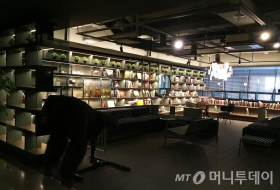 서울 마포구 덱스터스튜디오 본사 내부. 입구에는 영화 '미스터 고(2013)'의 주연 '링링'이 놓여있다. /사진=덱스터