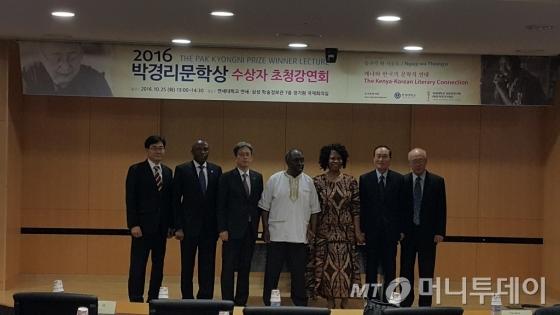 """응구기 와 시옹오는 이날 자신의 부인인 응지리와 함께 한국을 찾았다. 그는 """"무엇보다 박경리문학상을 수상하게 된 데 감사하다""""고 덧붙였다. /사진=박다해 기자"""