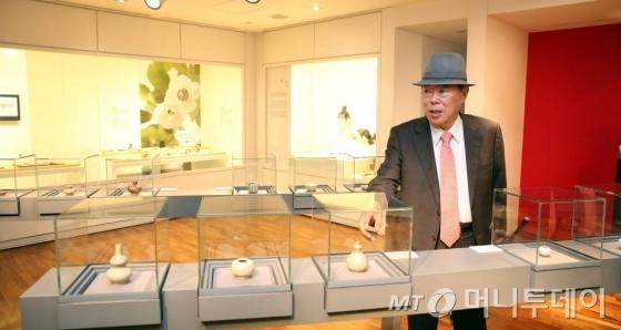 유상옥 코리아나화장품 회장 이 코리아나 화장 박물관에서 자신이 수집한 유물을 소개했다. /사진=임성균 기자